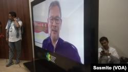 Dirjen Pencegahan dan Penanggulangan Penyakit Departemen Kesehatan RI, Achmad Yurianto saat menggelar telekonferensi dari Natuna dengan para wartawan di Jakarta, Kamis, 13 Februari 2020. (Foto: VOA/Sasmito)