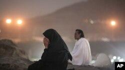 Para jamaah Haji berdoa dan melakukan wukuf di padang Arafah hari Selasa (22/9).