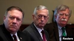(从左至右)美国国务卿蓬佩奥、国防部长马蒂斯和国家安全顾问博尔顿陪同川普总统在白宫会晤北约秘书长斯托尔滕贝格。(2018年5月17日)