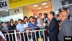 Dubes RI untuk Malaysia, Herman Prayitno berdialog dengan para TKI yang mudik melalui pelabuhan laut Port Klang di luar kota Kuala Lumpur (Foto: VOA/Munarsih).