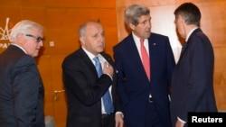 Menteri Luar Negeri John Kerry (kedua dari kanan) berbicara dengan Menteri Luar Negeri Jerman Frank-Walter Steinmeier (kiri), Menteri Luar Negeri Perancis Laurent Fabius dan Menteri Luar Negeri Inggris Philip Hammond (kanan) di Paris (15/12).