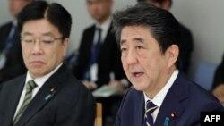 រូបឯកសារ៖ លោក Shinzo Abe (ស្តាំ) នាយករដ្ឋមន្ត្រីជប៉ុន និងរដ្ឋមន្រ្តីក្រសួងសុខាភិបាល Katsunobu Kato (ឆ្វេង) នៅក្នុងកិច្ចប្រជុំមួយនៅទីក្រុងតូក្យូនៅថ្ងៃទី ២៦ ខែកុម្ភៈឆ្នាំ ២០២០។