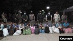 ထုိင္း - ျမန္မာနယ္စပ္လမ္းေတြကေန ခိုး၀င္လာတဲ့ ျမန္မာႏိုင္ငံသားမ်ား ဖမ္းဆီးခံရတဲ့ ျမင္ကြင္း။ (ဓာတ္ပံု - Thai Police - ဇူလိုင္ ၉၊ ၂၀၂၀)