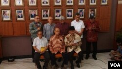 Para anggota Tim Independen atau Tim 9 memberikan keterangan pers soal rekomendasi kepada Presiden Jokowi perihal kisruh KPK-Polri, Rabu 28/1 (foto: VOA/Andylala).