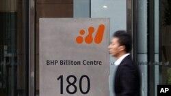 一名男子在中墨爾本的全球礦業巨頭必拓和力拓的澳大利亞辦公室前步過。(資料圖片)
