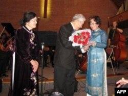 Nhà văn kiêm nhà thơ Trương Anh Thụy tặng hoa cho nhạc sĩ