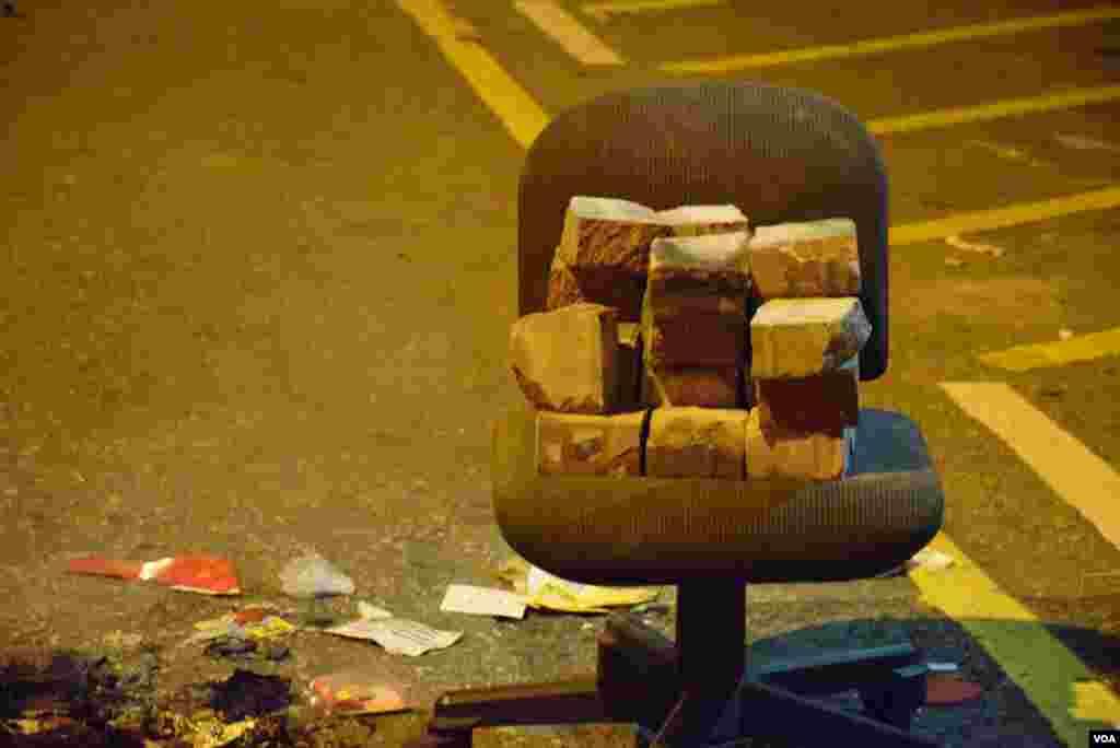 有示威者以有輪的椅子運送磚塊。(美國之音湯惠芸)