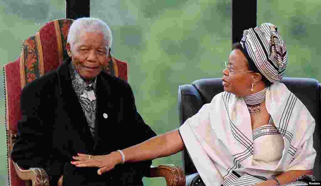 Nelson Mandela et son épouse Graça assistent à la prestation du président Jacob Zuma à l'Union Buildings à Pretoria, le 9 mai 2009.