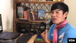 Former RFA reporter Uon Chhin talks to VOA at his residence in Phnom Penh, on August 25 , 2019. (Hul Reaksmey/VOA Khmer)