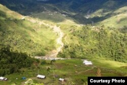 Foto sungai Yigi dari atas pegunungan. Di sinilah pembantaian pekerja terjadi pada 1 Desember lalu. (Foto:Yosekat Kamarigi)