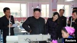 김정은 북한 국무위원장(가운데)과 부인 리설주(오른쪽)가 평양 류원신발공장을 시찰하는 모습을 지난달 19일 관영 조선중앙통신이 보도했다.