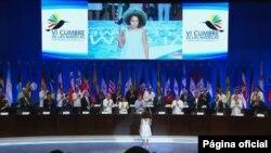 La emotiva ceremonia de apertura de incluyó a una niña colombiana entregando el Colibrí, símbolo de la Cumbre, al presidente Santos.
