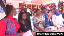 Des réfugiés présentent quelques résultats de leurs métiers aux autorités lors de la célébration de la journée mondiale des réfugiés, à Goma, 20 juin 2017. (VOA/Charly Kasereka)
