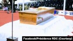 Sanduku ya nzoto ya nkondo cardinal Laurent Monsengwo Pasinya na etando ya Palais du Peuple, Lingwala, Kinshasa, RDC, 20 juillet 2021. (Facebook/Pr♪0sidence RDC)