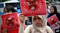 Para aktivis Muslim melakukan unjuk rasa mengecam Presiden AS Donald Trump di depan Kedutaan Besar AS di Jakarta 4 Februari 2017 (foto: ilustrasi).