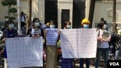 緬甸民眾在中國駐緬甸大使館外面抗議(美國之音緬甸語組提供)