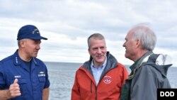 美国海警队司令舒尔茨上将(左)与海军部长与国会议员商讨加强美军北极行动能力(美国国防部2018年8月13日)
