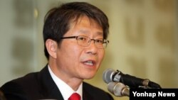 류길재 한국 통일부 장관이 22일 서울에서 열린 외신기자 간담회에서 한국 정부의 대북 정책에 관해 설명하고 있다.