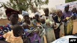 Phụ nữ Niger chờ đợi để nhận thức ăn trẻ em ở làng Koleram, miền nam Niger
