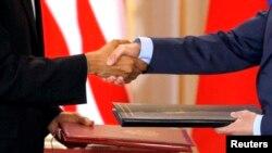Фото: президент США Барак Обама та президент Росії Дмитрій Медведєв потис кають руки після підписання New START в 2010 році