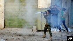 Tentara Libya menembakkan senjata ke arah milisi Islamis di Benghazi, Libya (foto: dok).