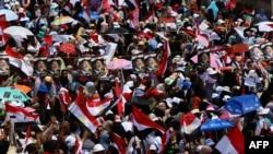 穆斯林兄弟会的支持者在开罗集。2013年7月12日