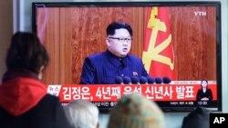 Người dân Hàn Quốc xem chương trình truyền hình bài phát biểu của lãnh đạo Bắc Triều Tiên Kim Jong Un tại nhà ga xe lửa ở Seoul, Hàn Quốc, thứ Sáu ngày 1/1/2016.