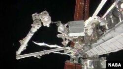 Phi hành gia Rick Mastracchio tháo dỡ máy bơm ammonia bị hư. (Ảnh: NASA TV)