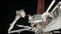Astronot Rick Mastracchio memegang modul pompa yang rusak.