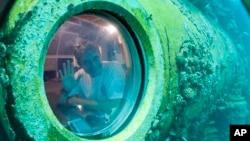 Fabien Cousteau melambai di dalam laboratorium bawah laut di Key Largo, Florida (24/6).