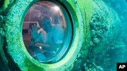 Nhà nghiên cứu Fabien Cousteau vẫy chào từ bên trong chiếc tàu Aquarius