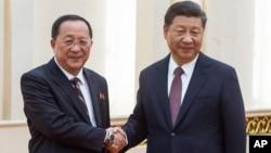 시진핑 중국 국가주석(오른쪽)이 7일 베이징 인민대회당에서 리용호 북한 외무상과 만나 악수하고 있다.