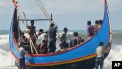 Petugas penjaga perbatasan Bangladesh memeriksa penyintas yang diselamatkan dari kapal yang tenggelam di Teknaf, Bangladesh. (Foto: Dok)