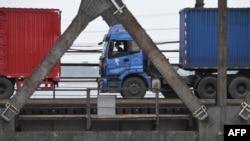 북한 신의주에서 중국 단둥으로 향하는 화물차들이 압록강을 건너고 있다. (자료사진)