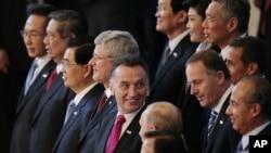 環太平洋國家的領導人在亞太經濟合作組織首腦會議星期天在俄羅斯符拉迪沃斯托克結束時合影。