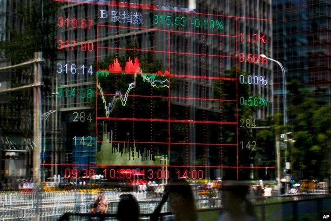 穆迪下调中国评级这一天,北京证券商展示的股市行情(2017年5月24日)。