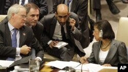 美國駐聯合國大使蘇珊•賴斯(右)和英國駐聯合國大使馬克•萊爾格蘭特(左)星期四在紐約聯合國安理會討論敘利亞局勢期間
