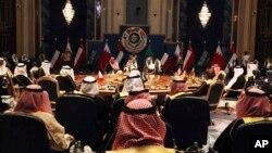 셰이크 사바흐 알 아흐마드 알 사바흐 쿠웨이트 국왕(가운데)이 5일 쿠웨이트시티에서 걸프협력위원회(GCC)에서 회의를 주재하고 있다.