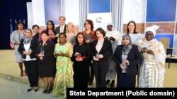 ایوارڈز حاصل کرنے والی خواتین کا جان کیری کے ہمراہ گروپ فوٹو