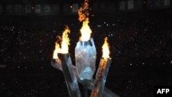 温哥华奥运体育场内的火炬被点燃