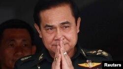 21일 태국 신임 과도총리로 선출된 프라윳 찬-오차 육군참모총장이 환영식에서 인사하고 있다.