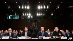 7일 댄 코츠 미 국가정보국, DNI 국장(오른쪽 두번째)과 마이클 로저스 국가안보국, NSA 국장(오른쪽)이 7일 상원 정보위원회에 출석해 증언하고 있다.