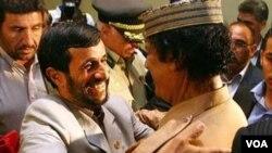 Presiden Iran Mahmud Ahmadinejad saat bertemu pemimpin Libya, Moammar Gaddafi (foto: dok.).