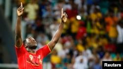 Romelu Lukaku, mains levées et regard vers le ciel, célèbre après la victoire de l'équipe nationale de la Belgique sur les Etats-Unis lors de la Coupe du monde 2014 au stade Fonte Nova à Salavtor, Brésil, 1er juillet 2014.