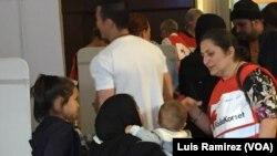 瑞典志願醫務人員在斯德哥爾摩中央火車站幫助移民。 (資料照片)