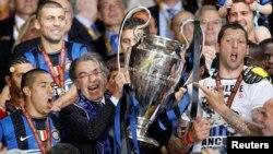 Massimo Moratti bersama para pemain klub Inter Milan berpose dengan trophy Liga Champions setelah mengalahkan Bayern Munich di final 22 Mei tahun 2010 (foto: dok). Pengusaha Indonesia, Erick Thohir resmi membeli mayoritas saham Inter Milan, Selasa (15/10)