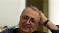 رضا تقوی، بازرگان هفتاد و یک ساله پس از آزادی از زندان اوین در خانه اش در شمال تهران