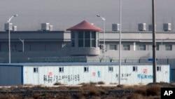 资料照:中国新疆阿图什市的一个拘留设施外的瞭望塔和铁丝网(2018年12月3日)