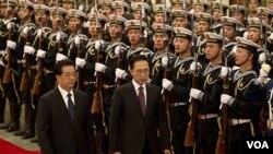 Presiden Korea Selatan Lee Myung-bak (tengah) disambut Presiden Hu Jintao di Beijing (9/1).