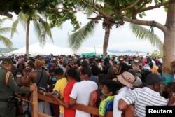 Migrantes se reúnen esperan cruzar a Panamá para continuar su viaje hacia los EE. UU., en Necoclí, Colombia, el 9 de septiembre de 2021.